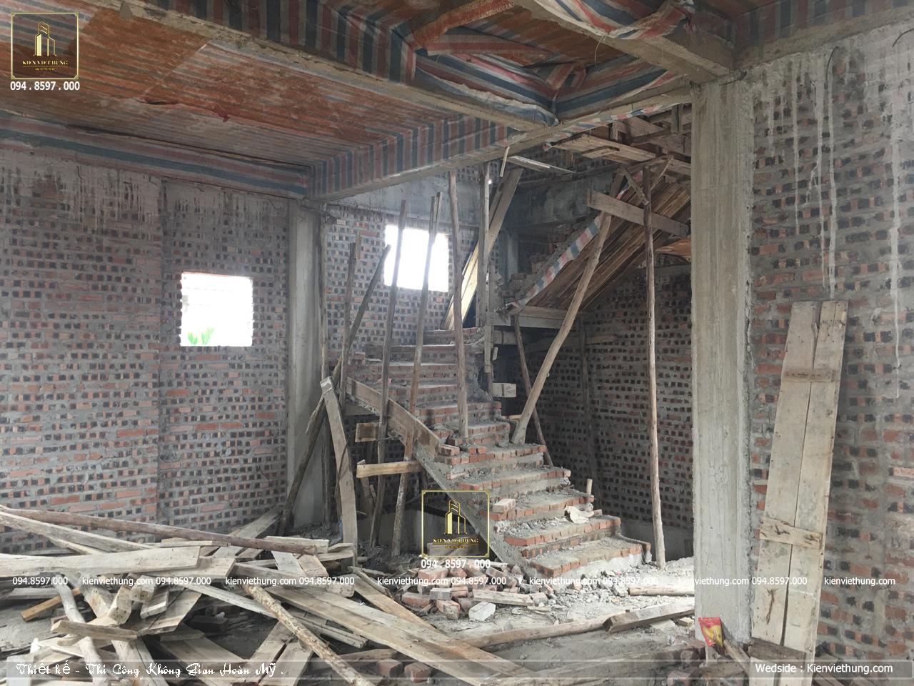 Bên trong mẫu thiết kế biệt thự 3 tầng khi thi công